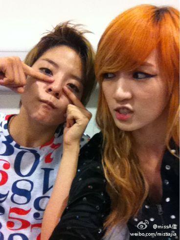 Amber تكشف عن صداقتها مع Min و Jia عضوتي Miss A ..!! 20110823_amber_jia_1